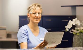 mitarbeiterin-zahnarzt-richard-monech-in-senftenberg-1